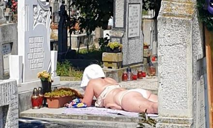 La plajă, într-un cimitir din România. O femeie se bronzează pe unul dintre morminte