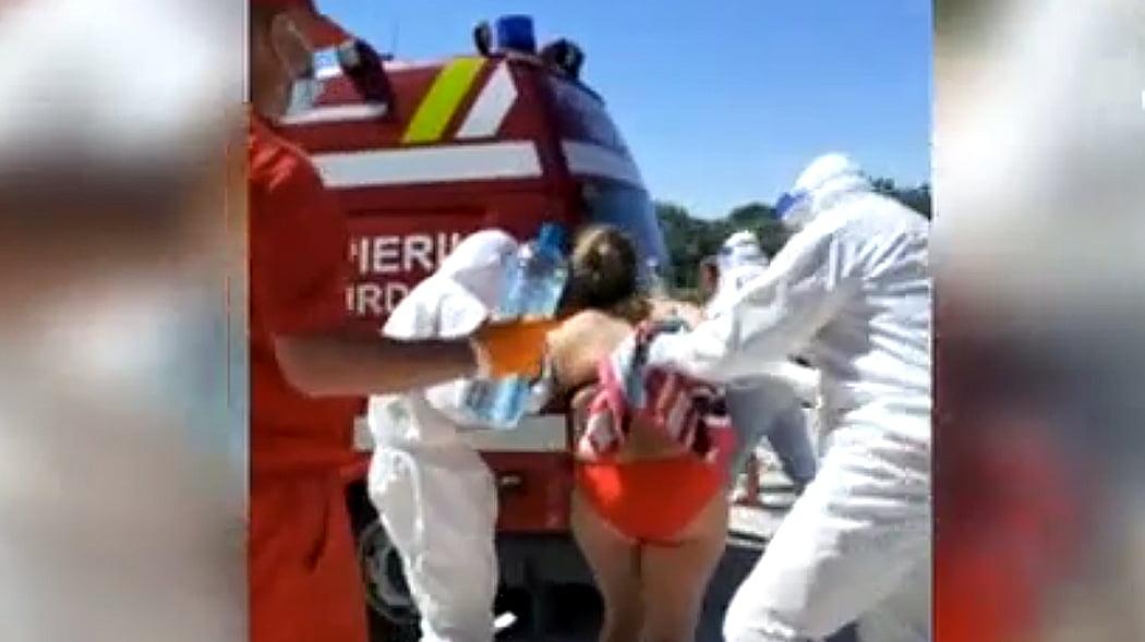 VIDEO. Turistă suspectă de COVID-19, luată cu ambulanța de pe plajă după ce i s-a făcut rău