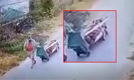 VIDEO. Bărbat internat la psihiatrie, după ce și-a cărat tatăl mort într-un cărucior improvizat, pentru a-l îngropa la cimitir