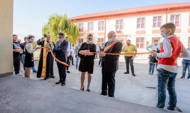 """Candidatul PNL la CJC, Mihai Lupu, a inaugurat o școală neterminată, cu elevi aduși de acasă. Directorul nu a putut refuza fiindcă l-a """"ajutat cu dezinfectant"""""""