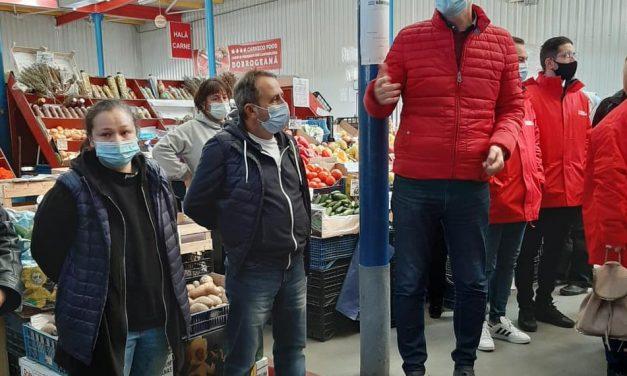 """Primarul Florin Chelaru, în mijlocul piețarilor: """"Luăm măsuri ca să vă puteți vinde în continuare produsele"""""""