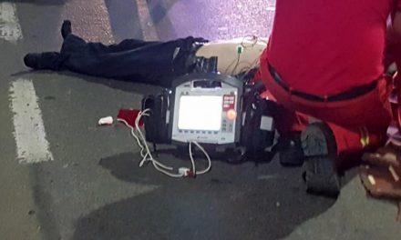 Un negaționist COVID a murit alergând după o ambulanță pentru a dovedi că în interior sunt actori