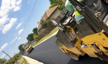 Lucrări de asfaltare în satul Dorobanțu, comuna Nicolae Bălcescu