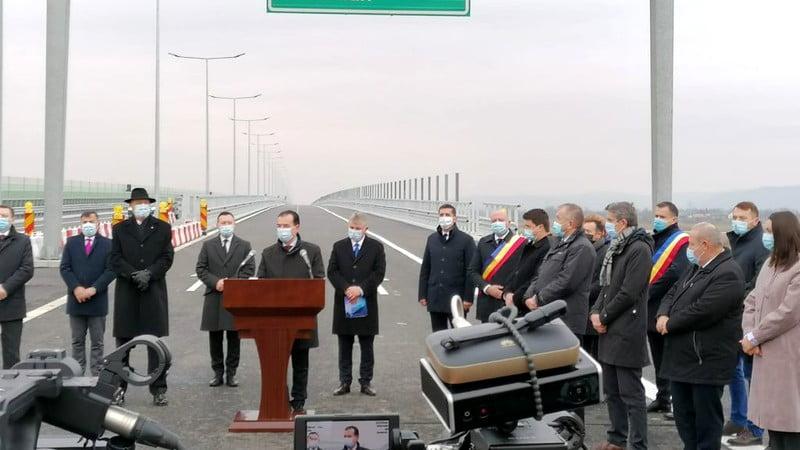 Porțiunea de autostradă inaugurată miercuri de premierul Orban și președintele Iohannis nu e gata, după cum recunoaște inclusiv CNAIR. Precizările au venit după ce 6 șoferi și-au  rupt în doar câteva ore de la inaugurare mașinile la propriu pe porțiunea de drum respectivă.