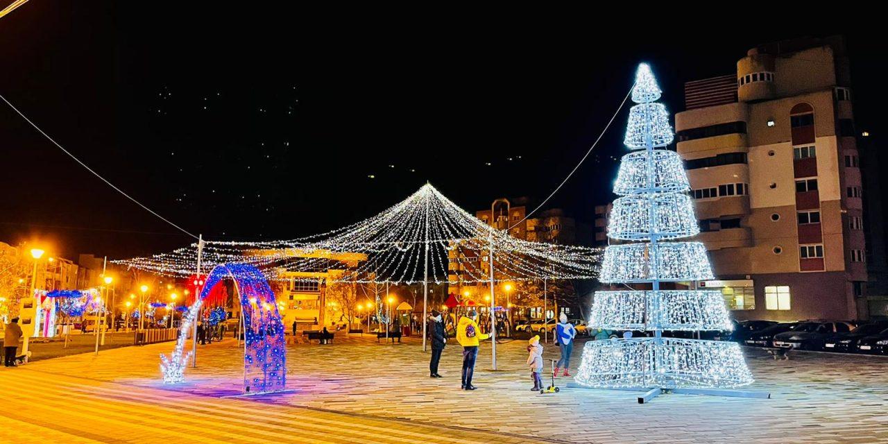 GALERIE FOTO! Orașul Năvodari a aprins luminițele de sărbători. Au fost folosite decorațiuni din anii trecuți pentru a nu se cheltui bani