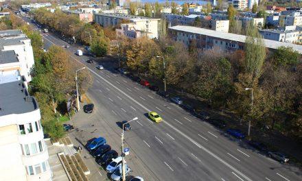 """Primăria șterge 1200 de locuri de parcare de pe b-dul 1 Decembrie și Lăpușneanu. Șoferii își vor duce mașinile pe terenuri """"pe care se vor construi parcări subterane"""""""