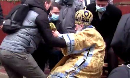 VIDEO. Teodosie s-a împiedicat la slujba de sfințire a apei, după ce în 2019, la același eveniment, era să cadă de pe cisterna cu apă