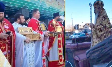 VIDEO. Legea, călcată în picioare la noua procesiune a lui Teodosie. Sub ochii autorităților, preoții nu au purtat măști în timp ce oamenii s-au înghesuit să pupe moaște