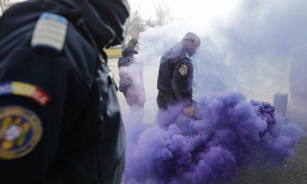 """Polițiștii protestatari s-au luat la bătaie cu jandarmii în fața Palatului Cotroceni: """"Aveți ordin să ne gazați"""""""