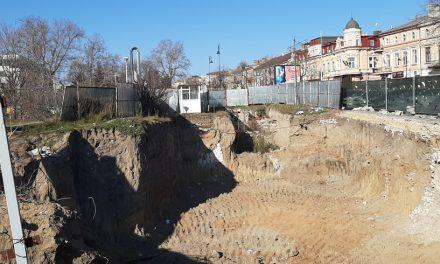 Consilierii USR-PLUS vor să transforme în parc terenul de lângă Lupoaică, unde este construit un bloc de 4 etaje