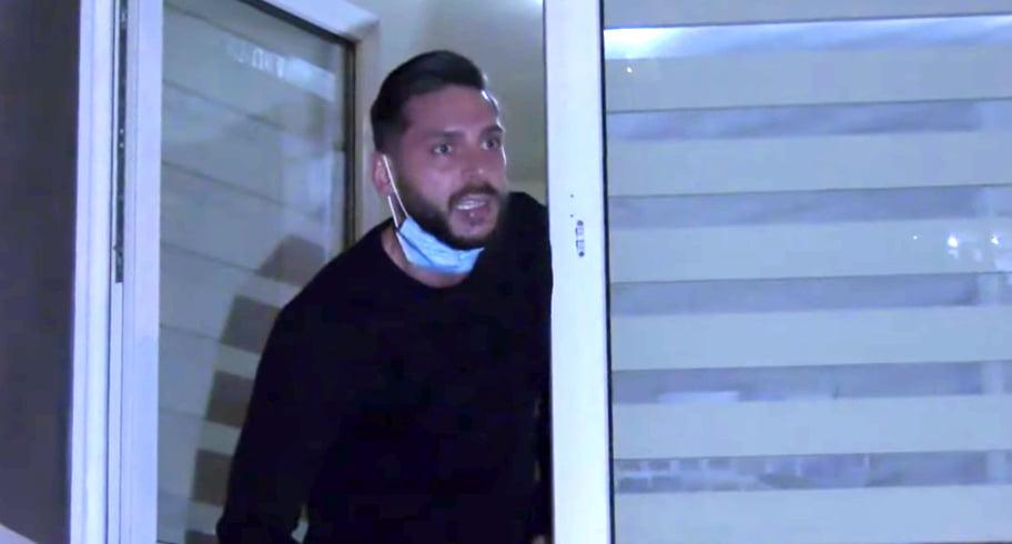 """VIDEO. Constănțean al cărui tată a murit de COVID, huiduit de protestatari. """"Să intraţi la secţie, la ATI, să vedeţi ce înseamnă acolo oameni cu COVID"""""""