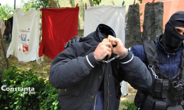 Individ periculos din Constanța, săltat de polițiști după ce și-a atârnat mai multe rufe pe sârmă