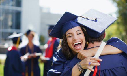 """Daboo și Cin-Cin salută noii absolvenți de la Univ. Ovidius. """"Pentru angajare, doar cu diplomele în original"""""""