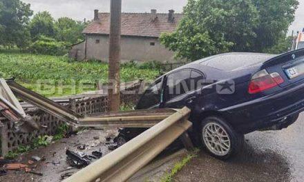 VIDEO. Momentul în care un BMW intră într-un parapet. Voia să depășească un TIR prin dreapta