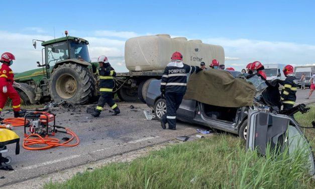 Imagini șocante. O mașină se izbește de un tractor la 160 km/h. Șoferul (23 ani) și pasagerul au murit pe loc