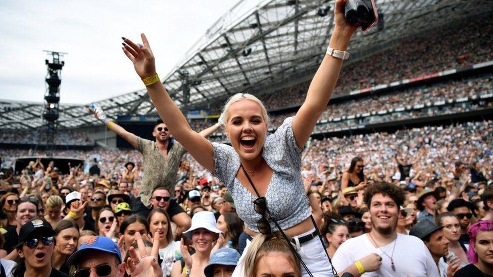 Noi relaxări de la 1 august: festivaluri cu 75.000 de oameni și nunți cu 400 invitați. Deși România e pe ultimul loc în UE la vaccinare și valul 4 bate la ușă
