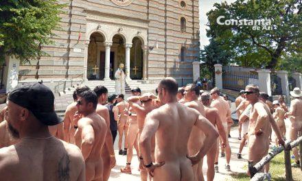 """Zeci de nudiști, adunați în fața Arhiepiscopiei: """"Teodosie, vino să vezi cum arăta Adam!"""""""