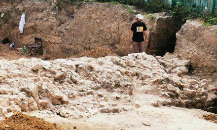 """FOTO. Descoperire arheologică uriașă, sub """"Casa cu iederă"""": zidul de vest al cetății Tomis. Se dorește construirea unui bloc peste vestigii. Ce va face Chițac?"""