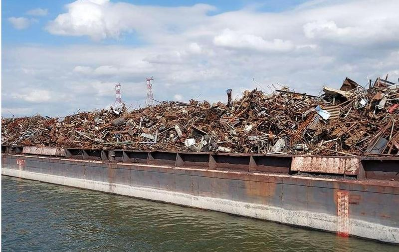 Peste 1.000 de tone de deșeuri importate ilegal, descoperite pe o barjă la Cernavodă
