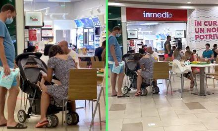 """VIDEO. Mămică filmată în timp ce schimba scutecele copilului în zona de food a unui mall din Constanța. """"Mămicile au voie orice!"""""""