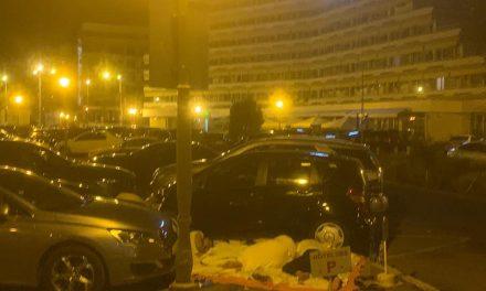 FOTO. Turiști din stațiunea Mamaia dorm pe jos în parcarea din fața hotelului