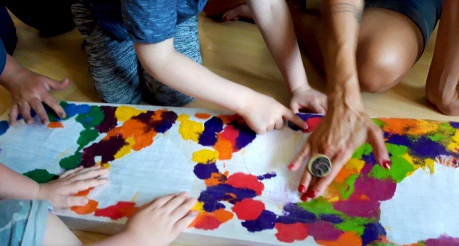 Terapie prin artă în centrele de plasament din Constanța. 10 artiști ajută copiii instituționalizați să-și descopere abilitățile artistice