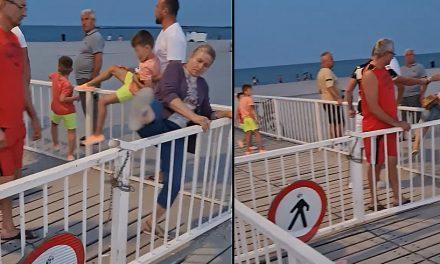VIDEO. Deși accesul este interzis, turiștii sar gardul pentru a se plimba pe pasarela din Mamaia