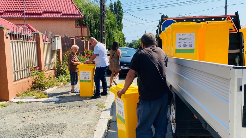 Primăria Năvodari distribuie pubelele galbene populației care locuiește la casă