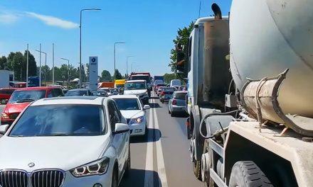 """Constănțenii blocați în trafic pe """"Aurel Vlaicu"""", obligați să plătească impozit pe teren"""
