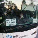 Un șofer de transport public a lipit afișe cu mesaje antivaccinare pe autobuz