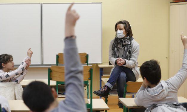 Părinții nu au dreptul să știe dacă profesorul de la clasă este vaccinat sau nu