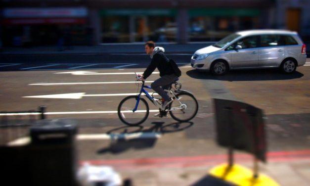 Poliția Rutieră: Șoferii nu mai pot depăși bicicliștii dacă drumul are linie continuă. Noi reguli pentru șoferi